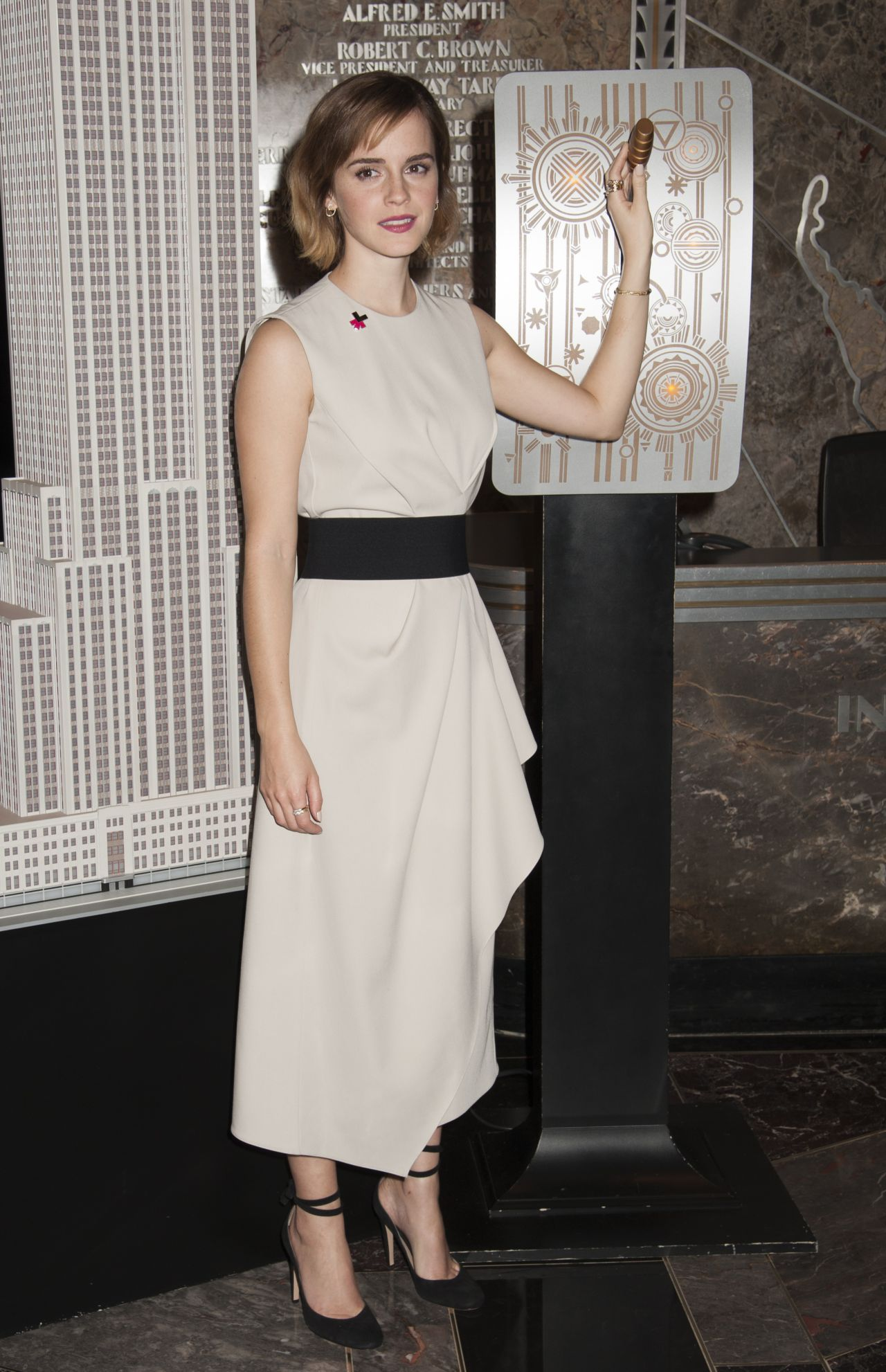 emma-watson-lights-the-empire-state-building-for-international-women-s-day-in-nyc-march-8-2016-2
