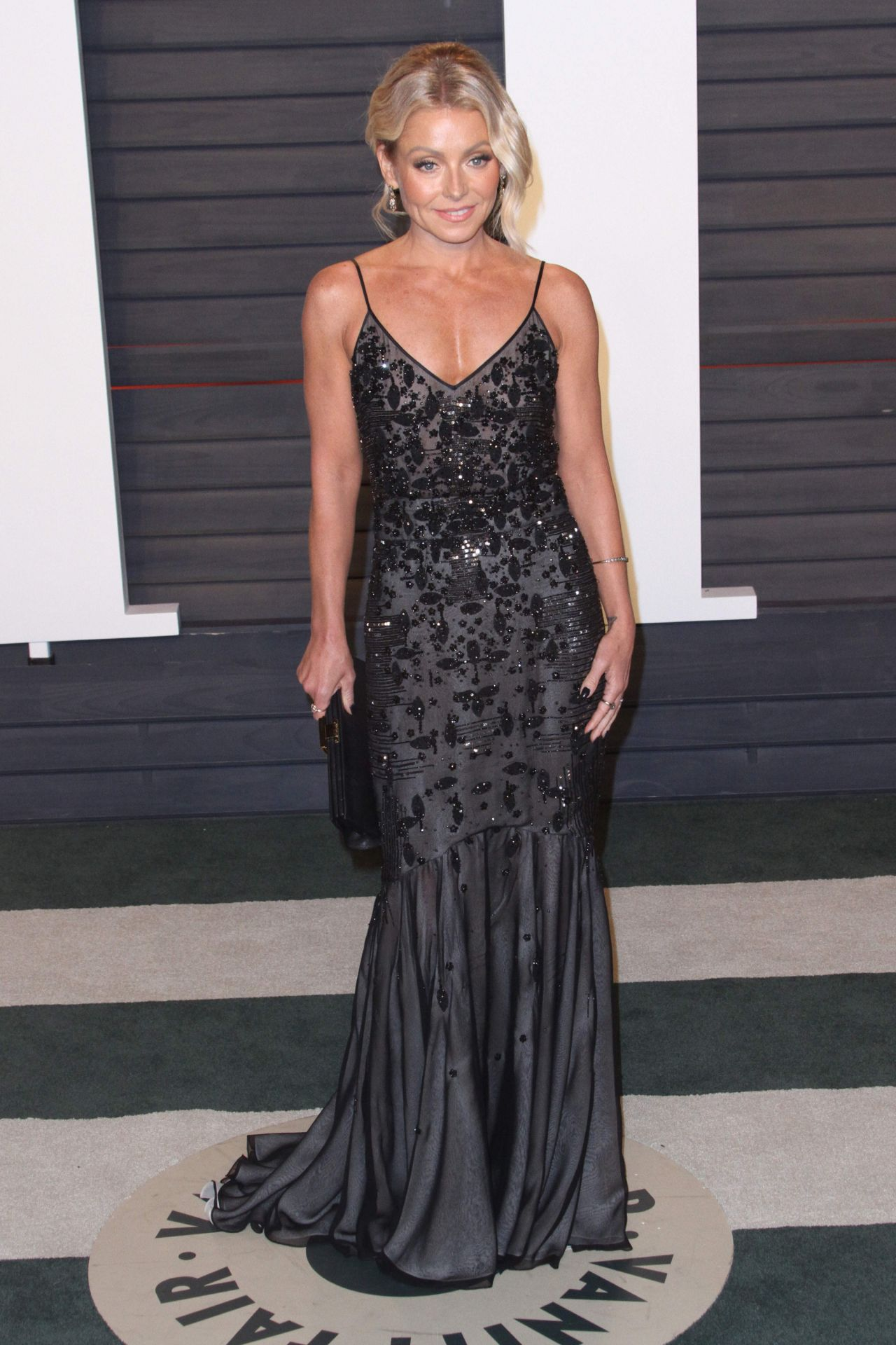 kelly-ripa-2016-vanity-fair-oscar-party-3