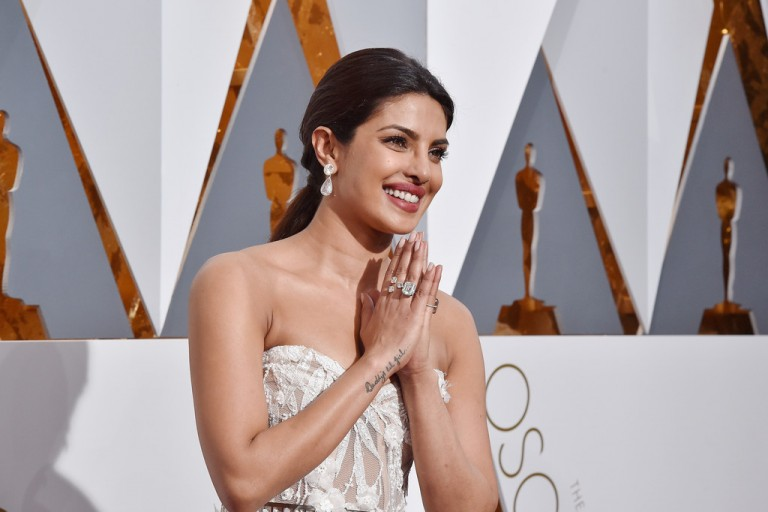 priyanka-chopra-2016-oscars-accessories-768x512