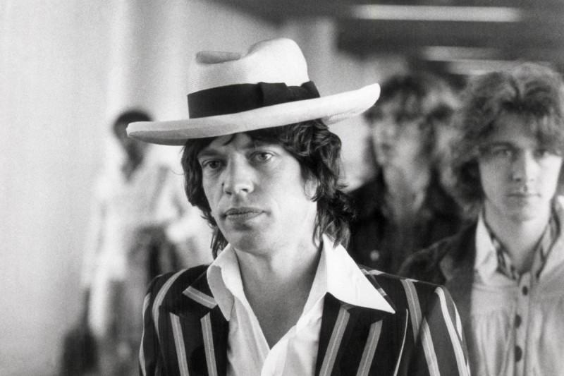 Mick-Jagger-Panama-Hat-1973-Frankfurt-Striped-Suit-800x533