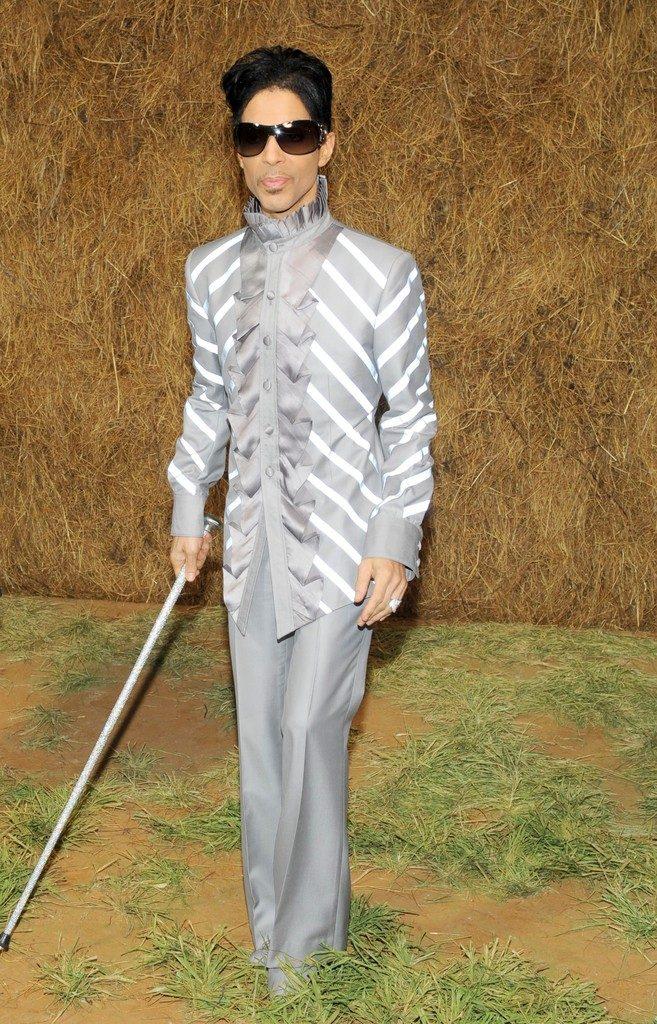 Prince-2009-Chanel-Show-Grey-1