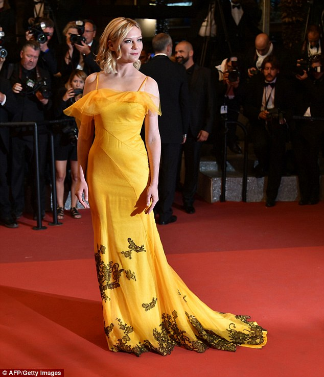kristen-dunst-in-maison-margiela-at-the-neon-demon-69th-cannes-film-festival-premiere