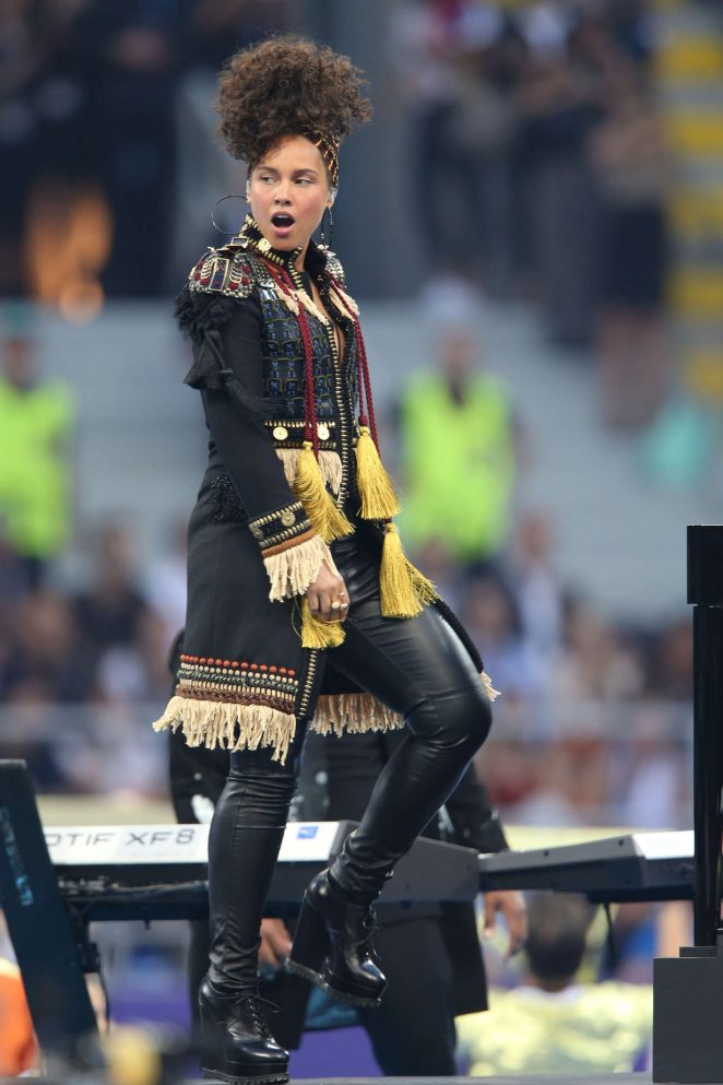 Alicia-Keys--Performs-at-the-UEFA-Champions-League-final-in-Milan--21-662x993