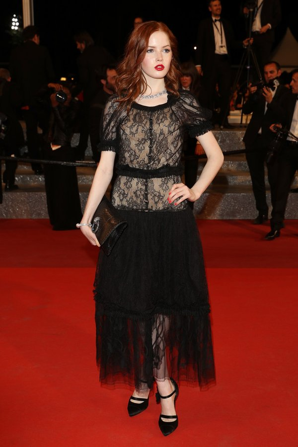 ellie-bamber-in-chanel-at-the-neon-demon-69th-cannes-film-festival-premiere