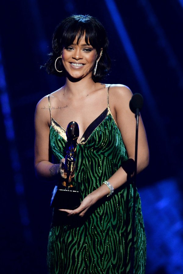 rihanna-in-dries-van-noten-at-the-2016-billboard-music-awards