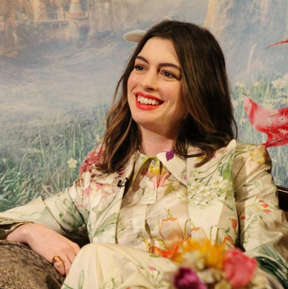 anne-hathaway-in-jenny-packman-at-alice-through-the-looking-glass-press-event
