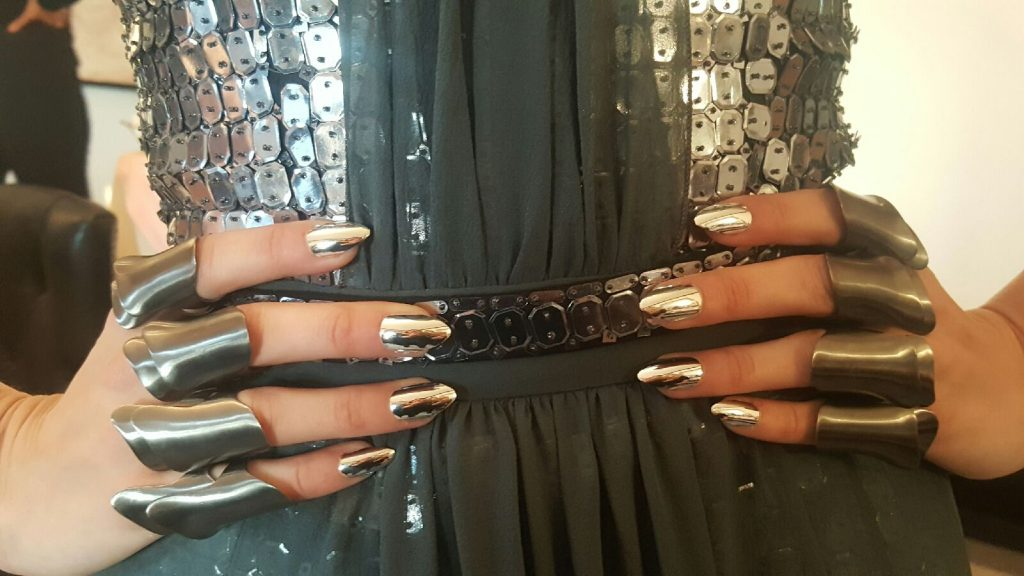 Gigi-Hadid-Wearing-Custom-KISS-Nails-for-Met-Gala-2016-nails-by-Mar-y-Soul-3