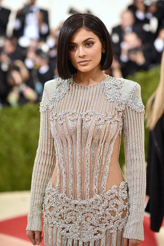 Kendall-Jenner-Kylie-Jenner-Met-Gala-2016-Red-Carpet-Fashion-Balmain-Atelier-Versace-Tom-Lorenzo-Site-7