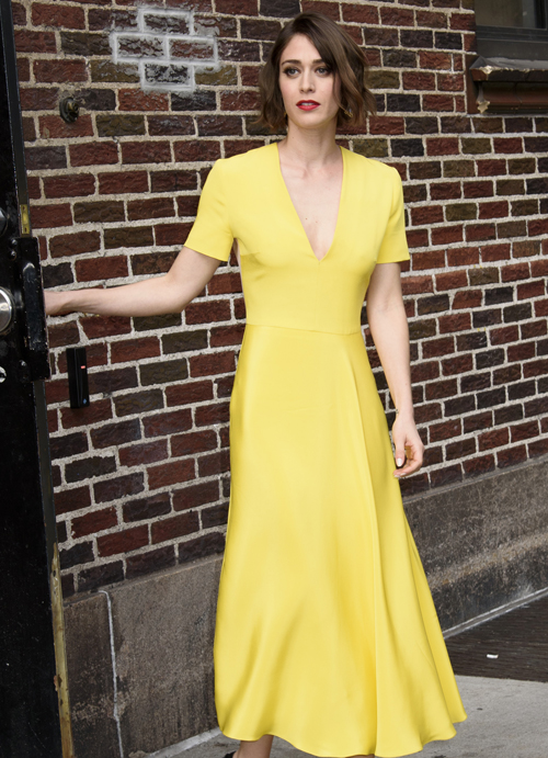 lizzy-caplan-in-roksanda-at-the-late-show-with-stephen-colbert