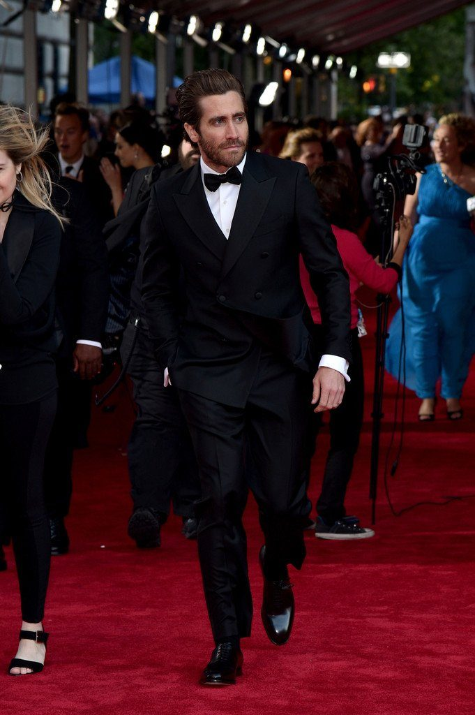 jake-gyllenhaal-in-salvatore-ferragamo-at-the-70th-annual-tony-awards
