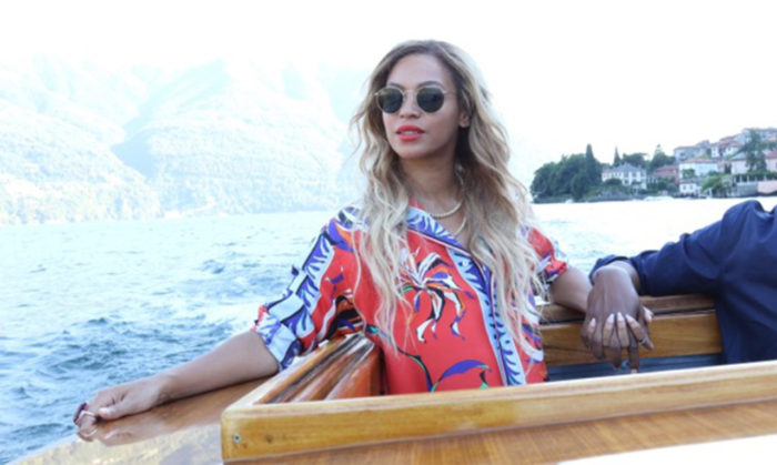Beyonce-Wears-Emilio-Pucci-Fall-2016-Red-Purple-and-Blue-Printed-Shirt-and-Pants-While-In-Paris-700x419