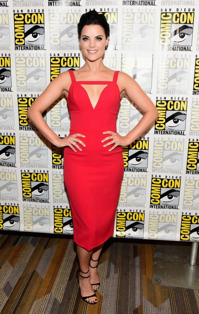 jaimie-alexander-in-christian-siriano-at-blindspot-press-line-at-comic-con