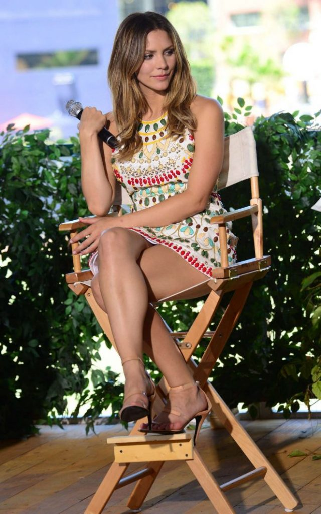 Katharine-McPhee-Attends-a-Panel-Comic-con-2016--03-662x1059