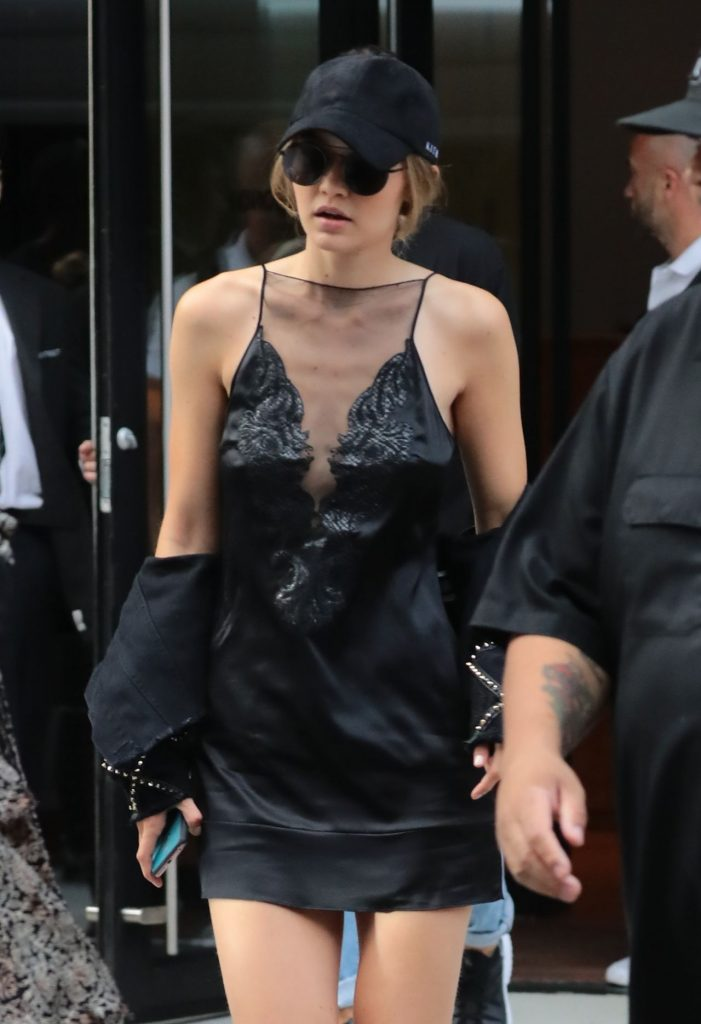 gigi-hadid-and-kendall-jenner-leaving-gigi-s-apartment-in-nyc-7-24-2016-9