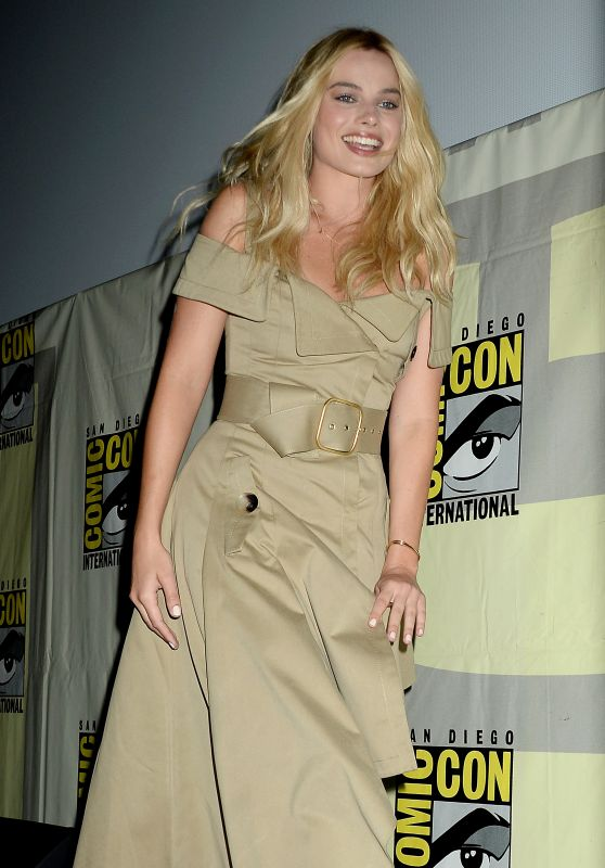 margot-robbie-suicide-squad-press-line-at-comic-con-international-2016-in-san-diego-1_thumbnail
