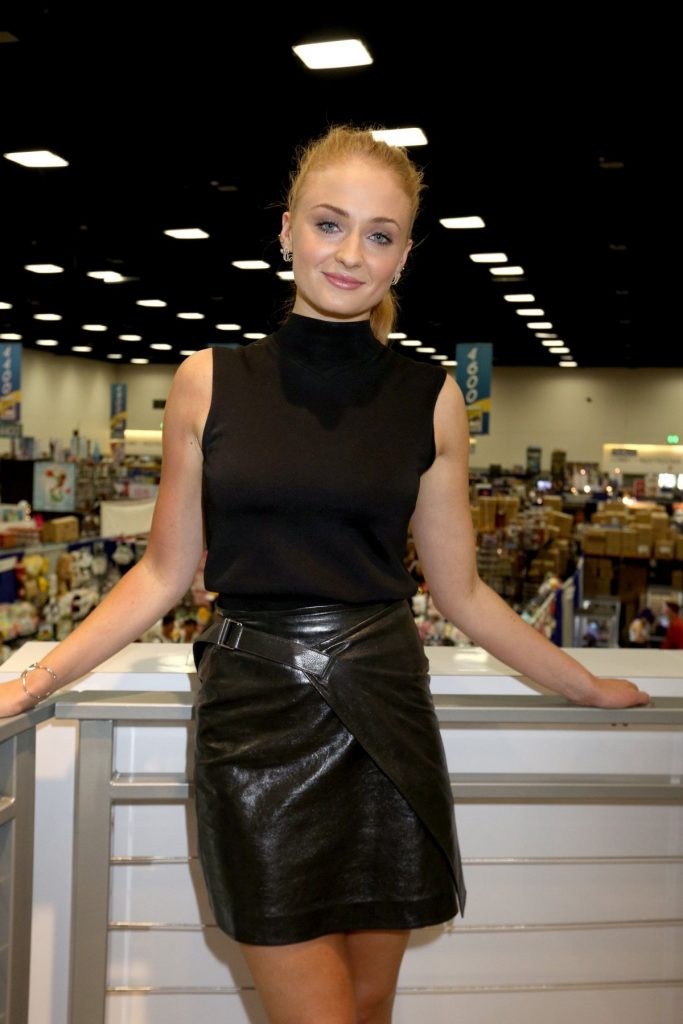 sophie-turner-at-game-of-thrones-press-line-at-comic-con-in-san-diego-07-22-2016_1