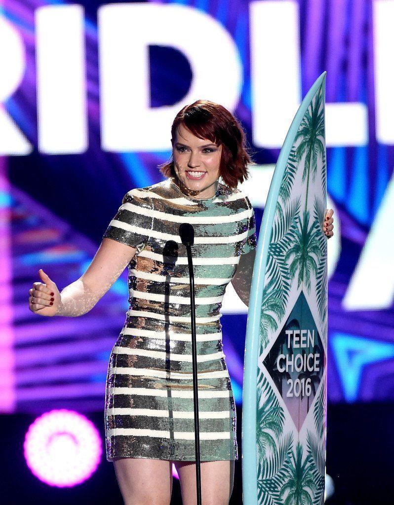 daisy-ridley-in-christian-dior-at-the-2016-teen-choice-awards