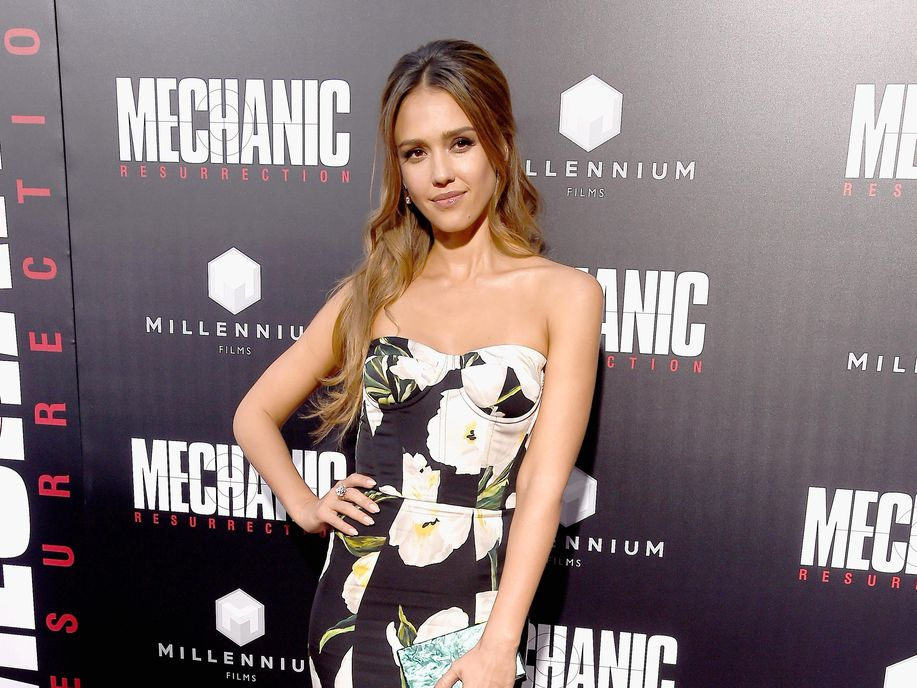 jessica-alba-in-dolce-gabbana-at-the-mechanic-resurrection-la-premiere