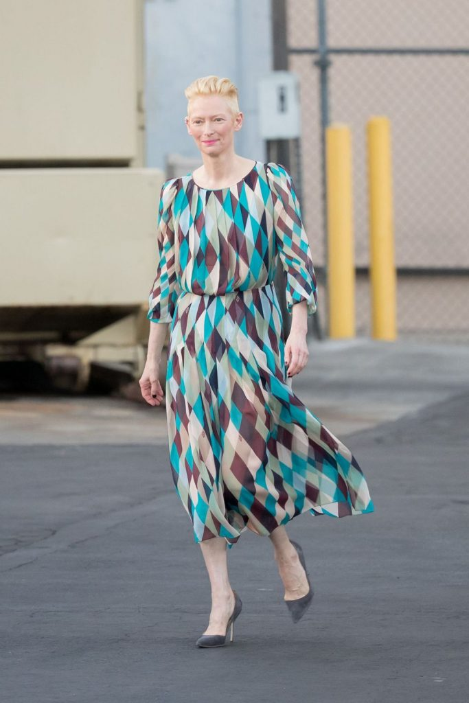 tilda-swinton-in-schiaparelli-at-jimmy-kimmel-live