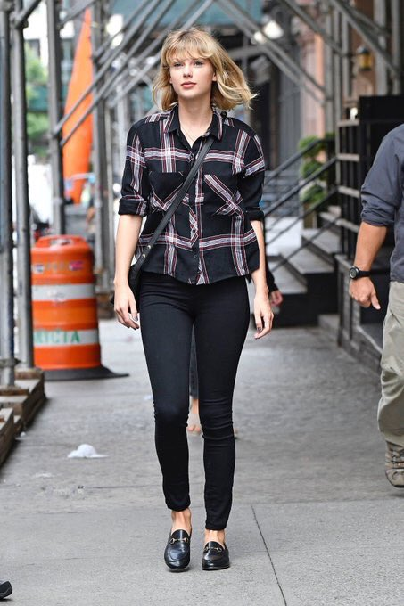 taylor-swift-in-rails-dylan-shirt-leaving-her-apartment-in-new-york