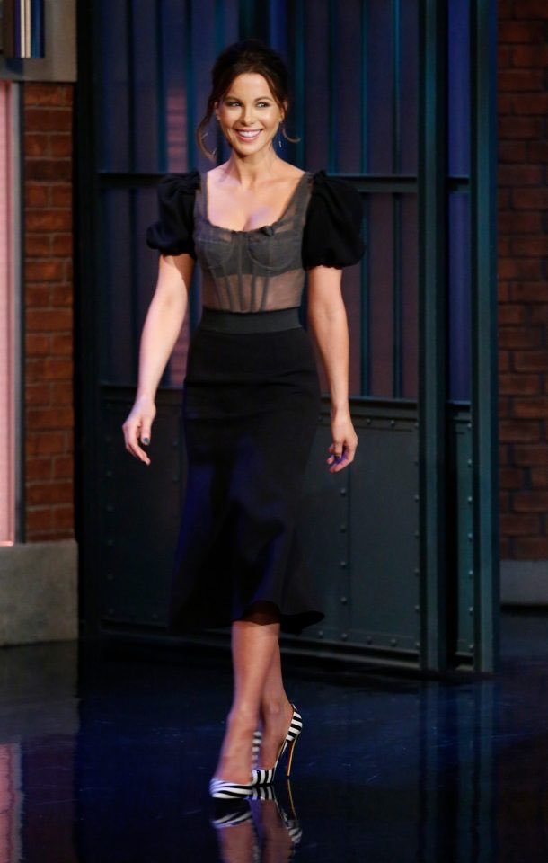 kate-beckinsale-in-dolce-gabbana-at-late-night-with-seth-meyers