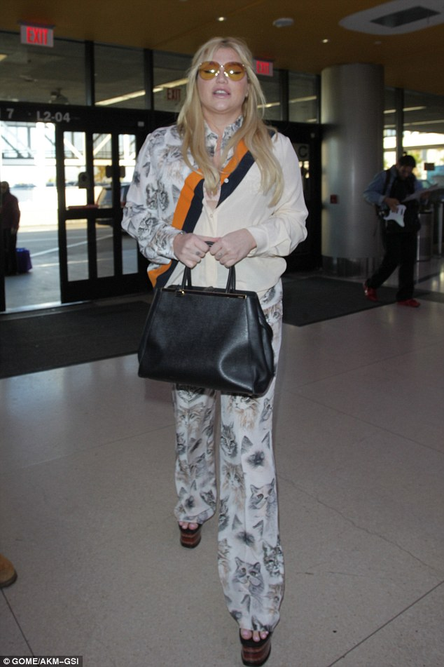 kesha-stella-mccartney-lax-airport-los-angeles