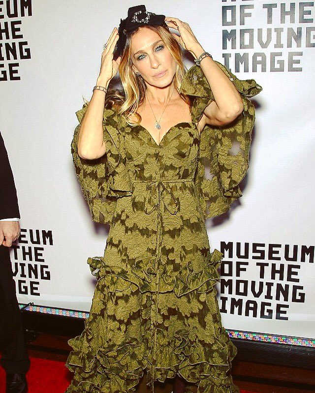 sarah-jessica-parker-in-rosie-assoulin-at-the-museum-of-the-mving-image-30th-annual-salute