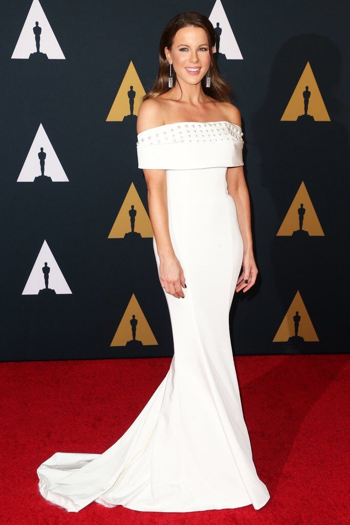 kate-beckinsale-in-pamella-roland-at-the-2016-governors-awards