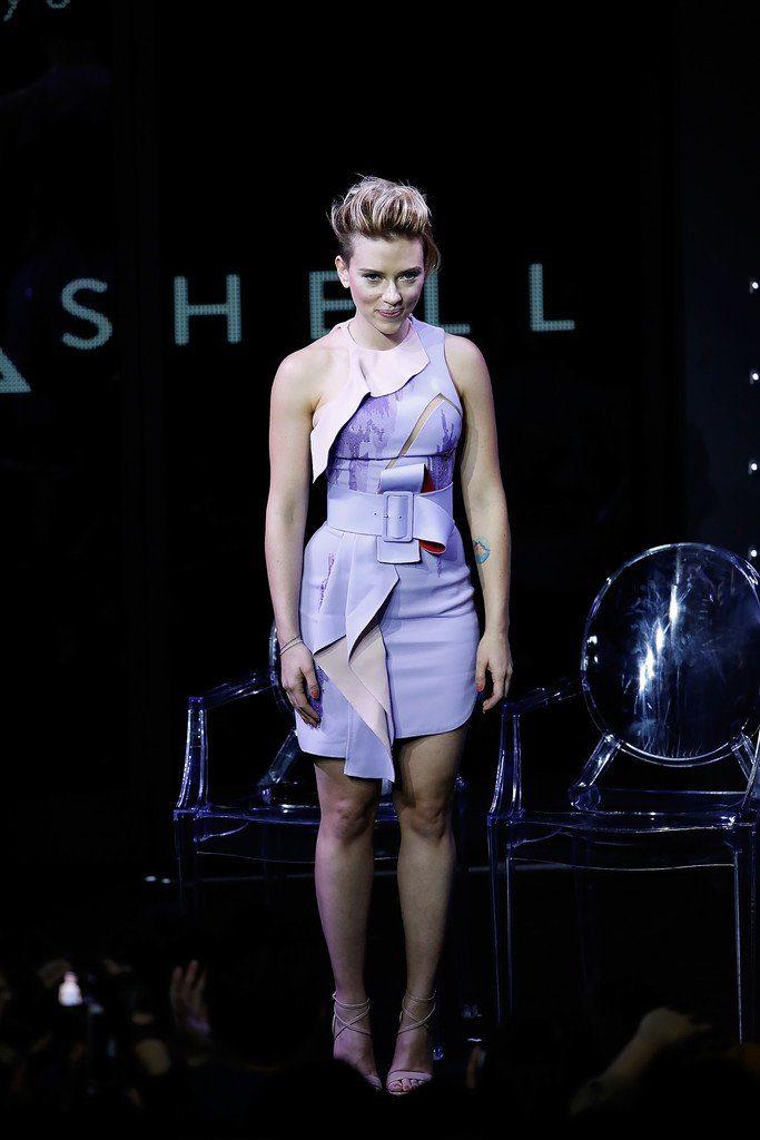 scarlett-johansson-in-atelier-versace-at-ghost-in-shell-global-trailer-launch-in-japan