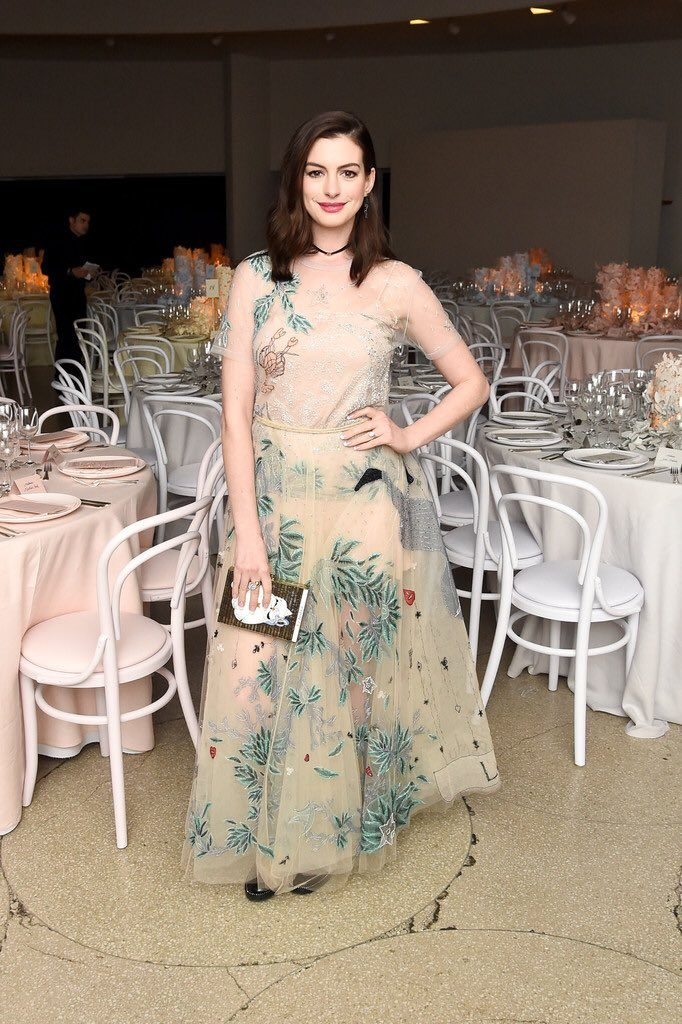 anne-hathaway-in-dior-at-2016-guggenheim-international-gala-made-possible-by-dior