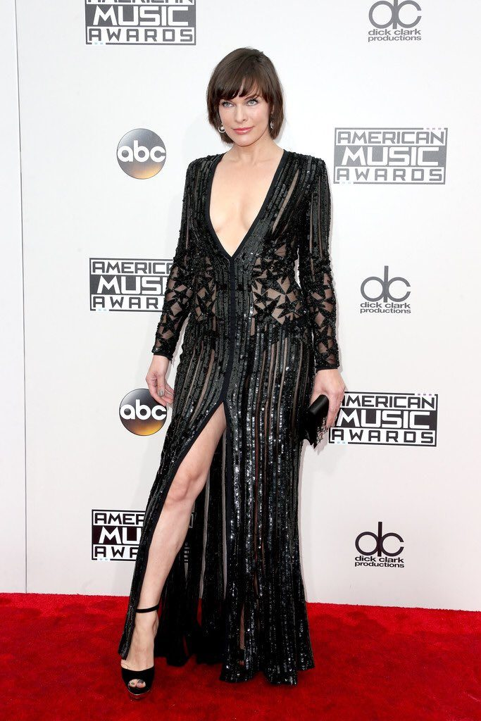 Milla- Jovovich -2016-american-music-awards-redcarpet