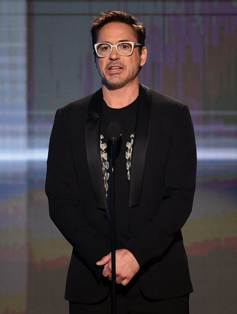 robert-downey-jr-in-givenchy-at-the-2016-american-music-awards