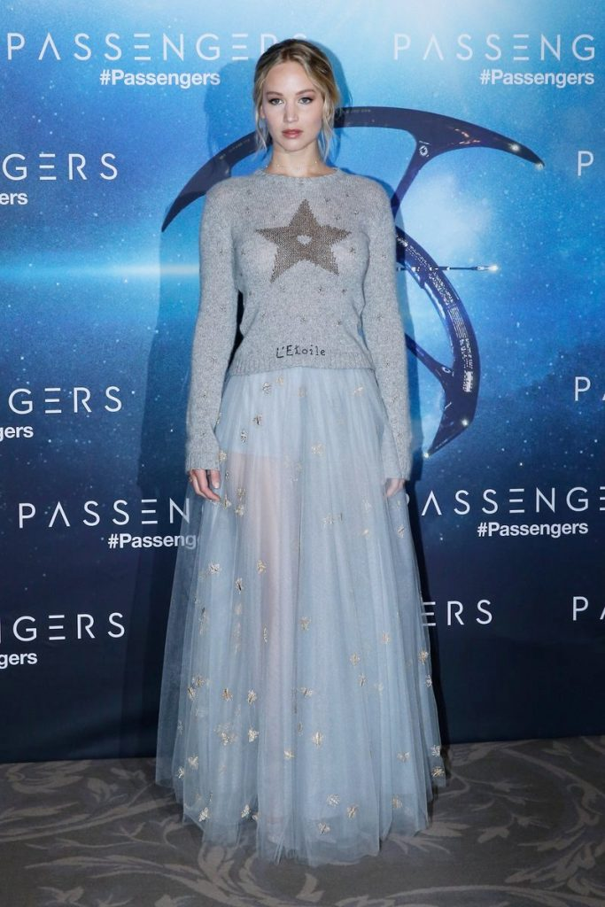 jennifer-lawrence-in-dior-at-passengers-paris-photocall