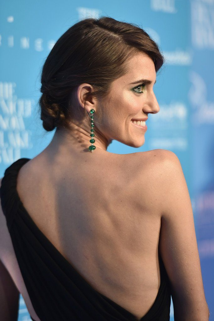 allison-williams-in-carolina-herrera-at-the-2016-unicef-snowflake-ball