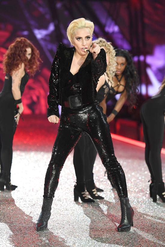 lady-gaga-victoria-secret-fashion-show-2016-tom-lorenzo-site-12