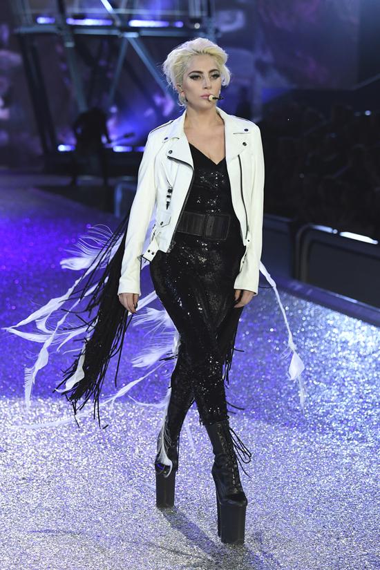 lady-gaga-victoria-secret-fashion-show-2016-tom-lorenzo-site-8