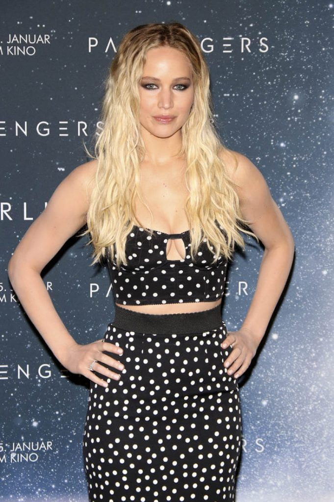 jennifer-lawrence-in-dolce-gabbana-at-the-passengers-berlin-photocall