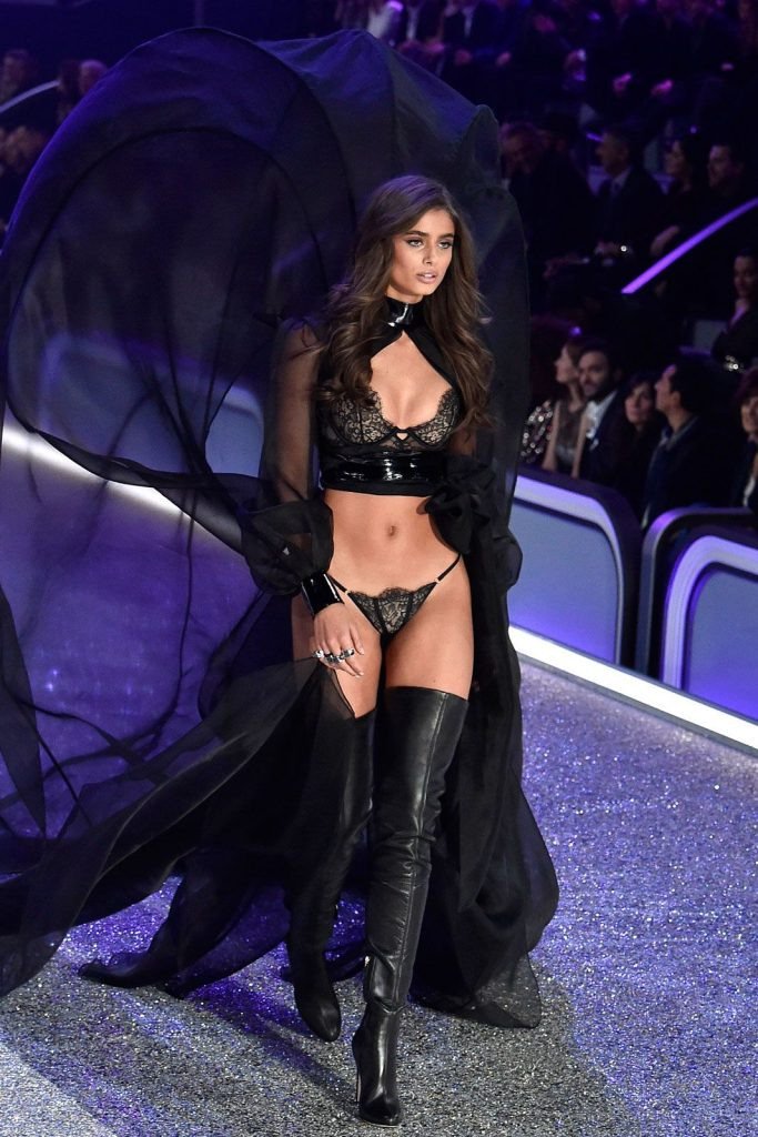 Taylor- Hill-2016-victoria-secret-fashion-show