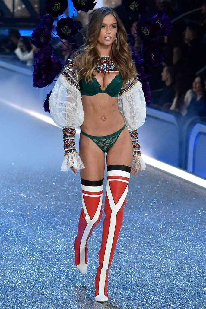 Josephine -Skriver--2016-victoria-secret-fashion-show