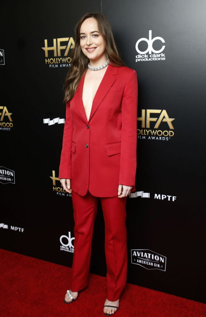 Resultado de imagem para hollywood film awards 2017 red carpet dakota johnson