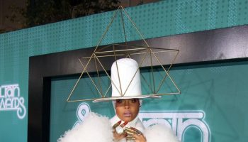 erykah-badu-hosts-2017-soul-train-awards