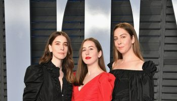 haim-in-stella-mccartney-2018-vanity-fair-oscar-party