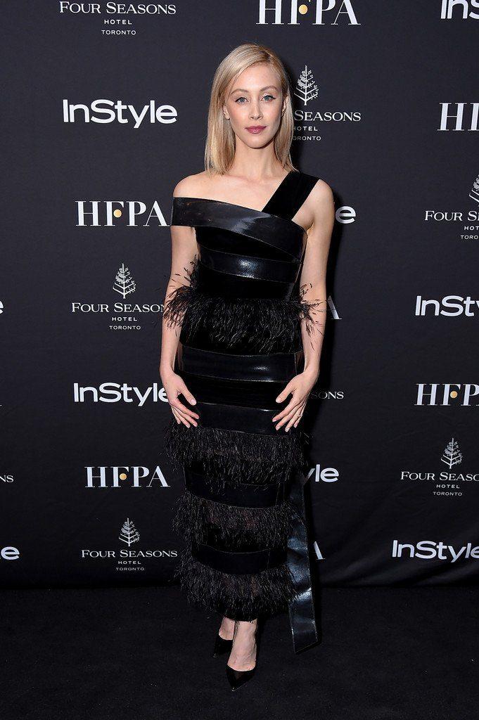 Sarah Gadon en robe de soirée noire à plumes