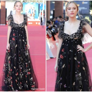 maika-monroe-in-valentino-hot-summer-nights-rome-film-festival-premiere