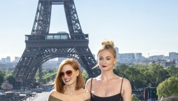 jessica-chastain-(in-ralph-lauren)-and-sophie-turner-(in-mugler)-@-'x-men:-dark-phoenix'-paris-photocall