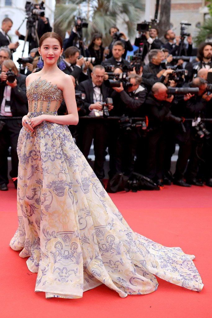 guan-xiaotong-in-atelier-versace-pain-and-glory-dolor-y-gloria-cannes-film-festival-premiere