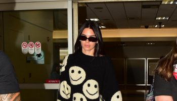 kendal-jenner-in-marc-jacobs-sweater-@-lax-airport