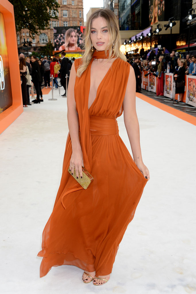 "margot-robbie-in-oscar-de-la-renta-@-""once-upon-a-time-in-hollywood-""-london-premiere"