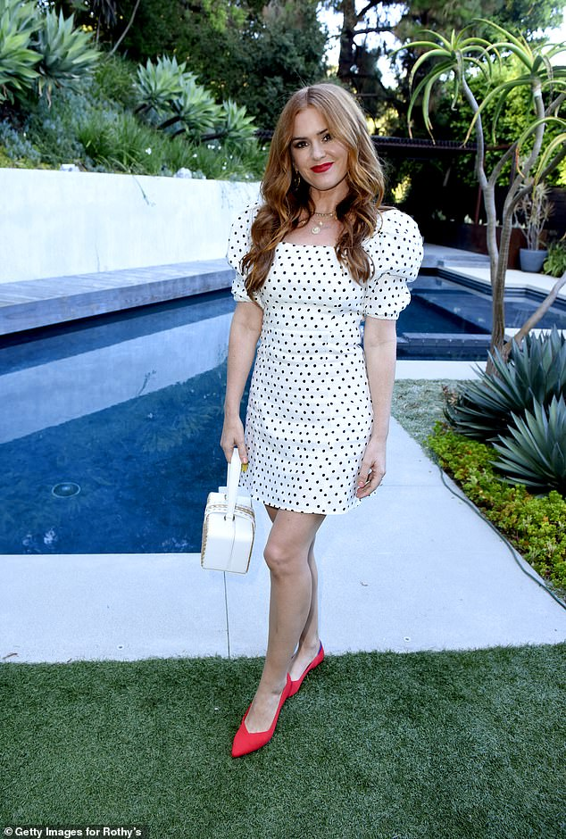isla-fisher-in-farm-rio-rothys-conscious-cocktails