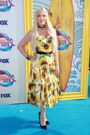 tori-spelling-in-floral-sundress-@-2019-teen-choice-awards
